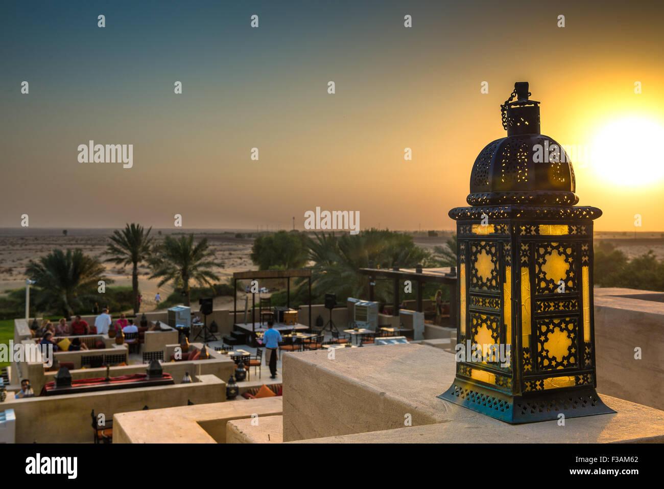 Coucher de soleil sur le désert de Dubaï, vu de l'Al Sarab Rooftop Lounge au Bab Al Shams Resort Photo Stock