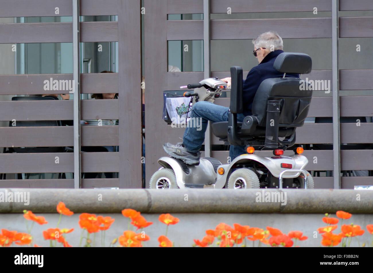 AUCKLAND (NZL - OCT 01 2015:un homme âgé en voiture scooter de mobilité.En ce moment l'assurance Photo Stock