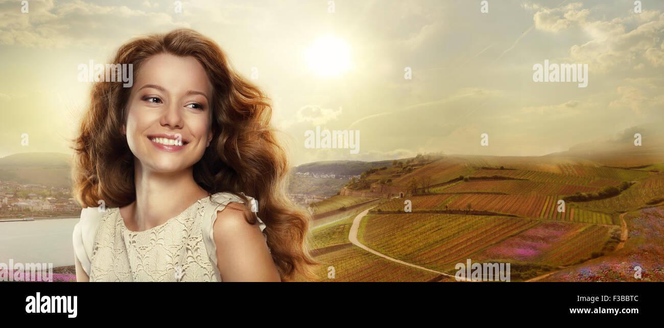 Jeune femme heureuse avec sourire à l'extérieur Photo Stock