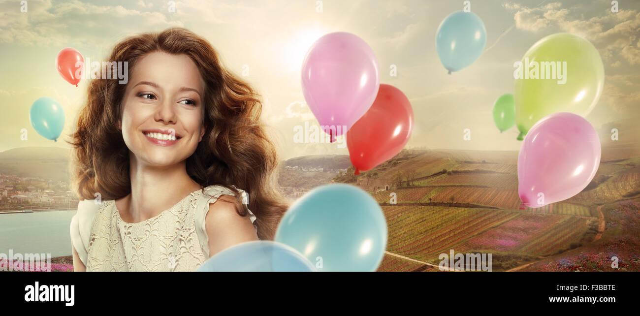 Maison de vacances. Femme heureuse avec des ballons colorés Photo Stock