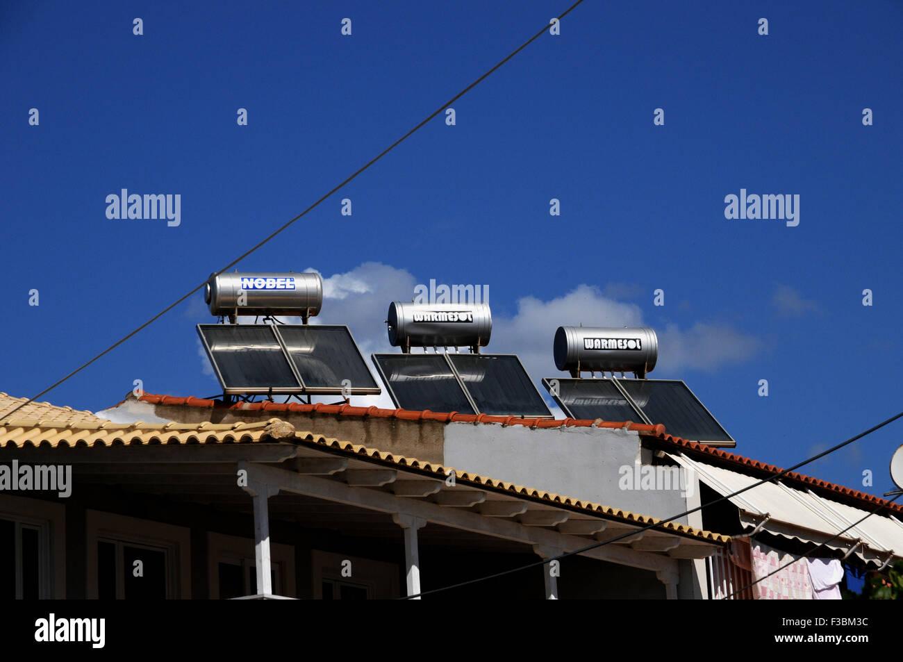 Chauffe-eau solaire sur un toit haut dans le petit village grec de Giolova dans le Péloponnèse. Photo Stock