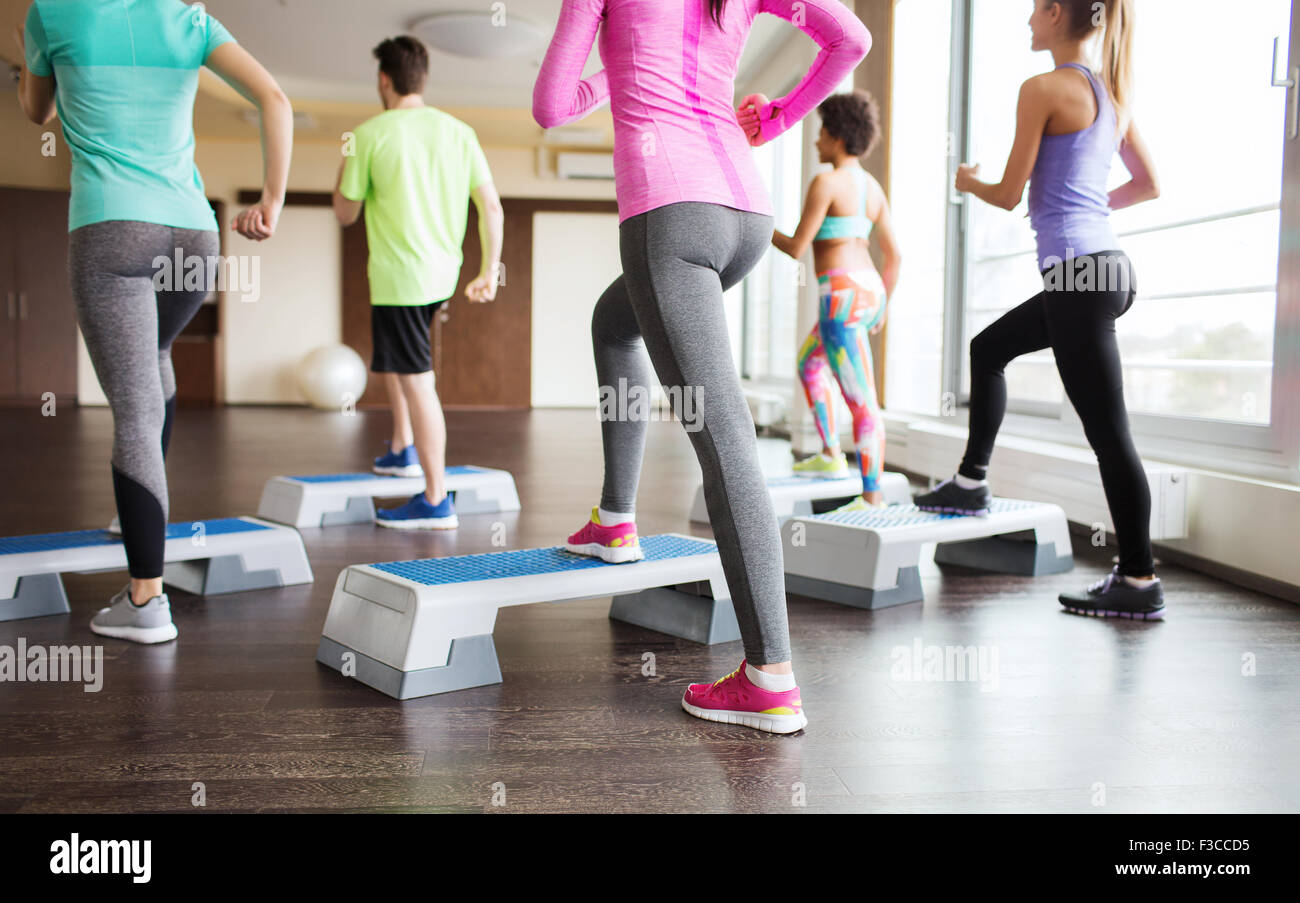Close up of people working out avec flèches de in gym Photo Stock