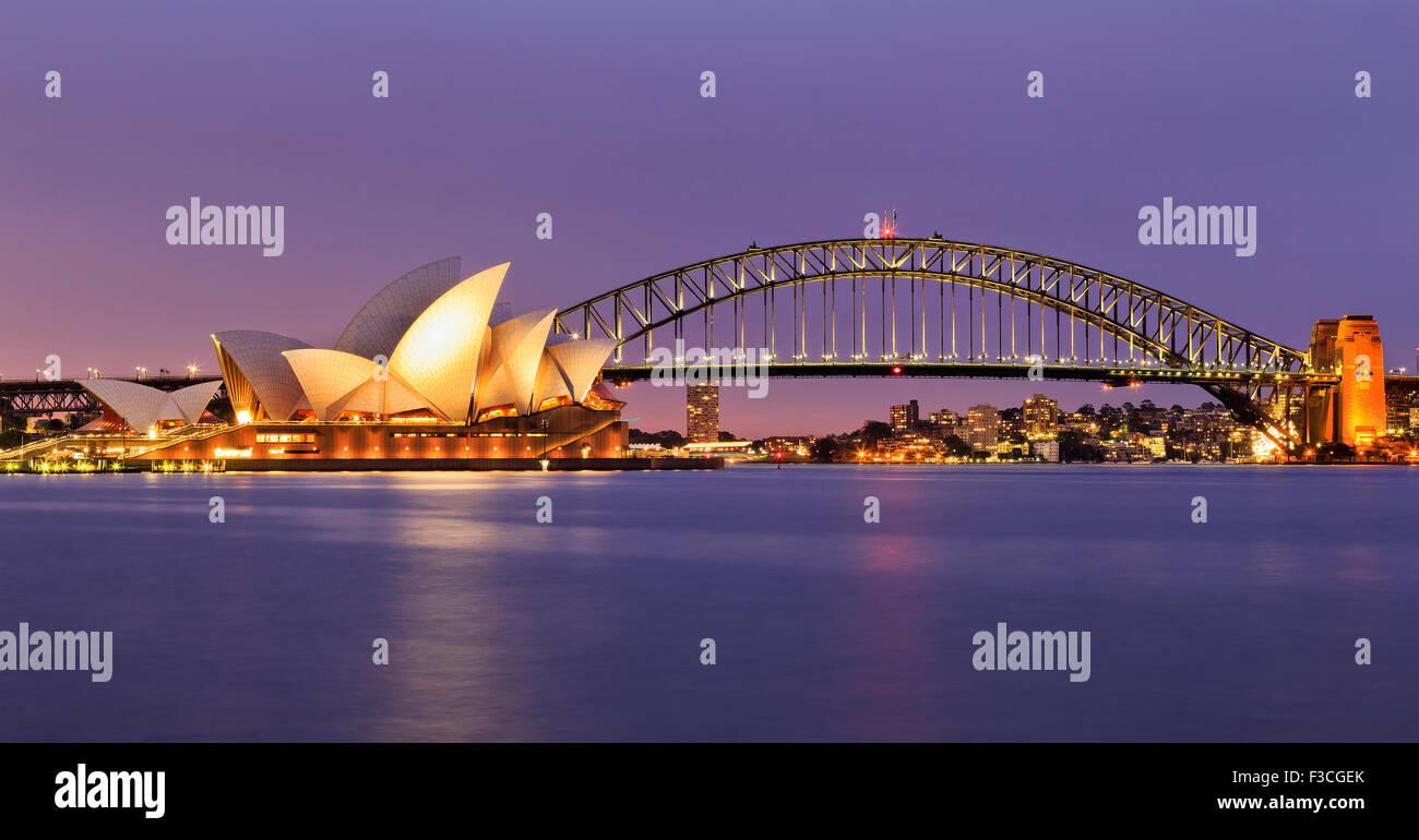 SYDNEY, AUSTRALIE, 10 juillet 2015 - Opéra de Sydney et le Harbour Bridge de Sydney au coucher du soleil. Emblématiques Photo Stock