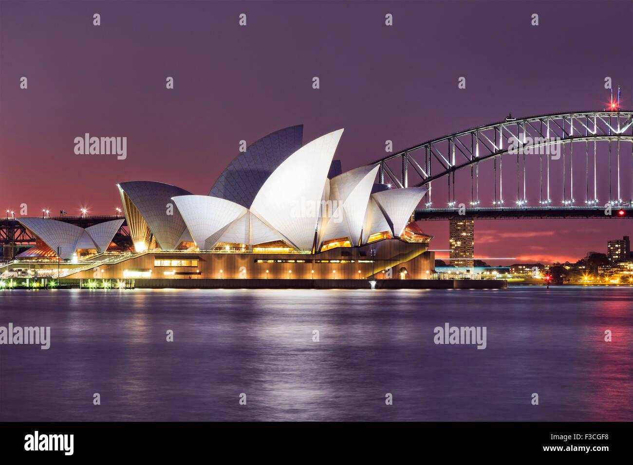 SYDNEY, AUSTRALIE, 10 juillet 2015 - Opéra de Sydney et le Harbour Bridge de Sydney au coucher du soleil. Emblématiques et célèbres Banque D'Images