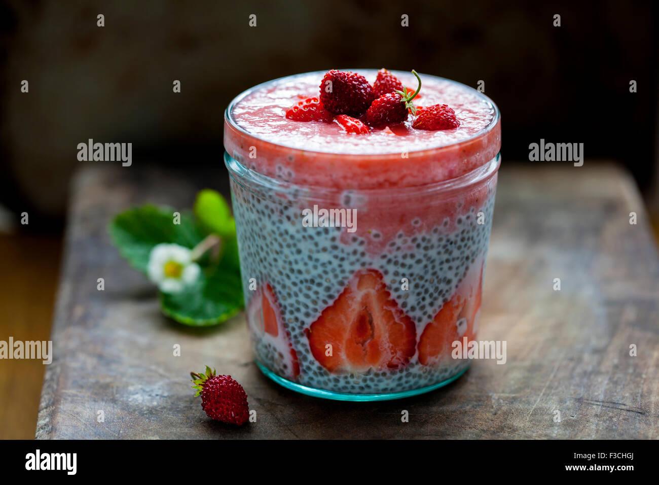 Smoothie aux fraises avec chia seeds pudding Photo Stock