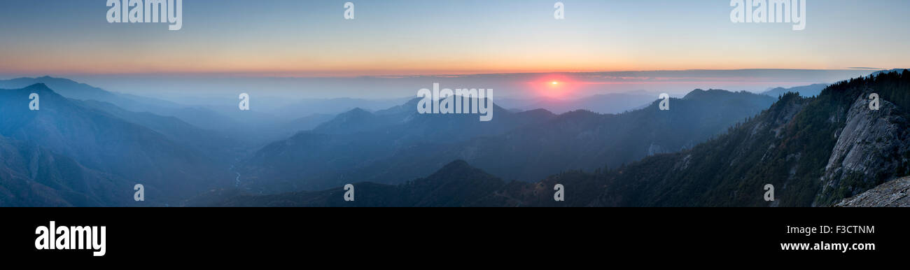 Coucher de soleil sur la Sierra Nevada de Moro Rock, Sequoia National Park, Californie, USA Photo Stock