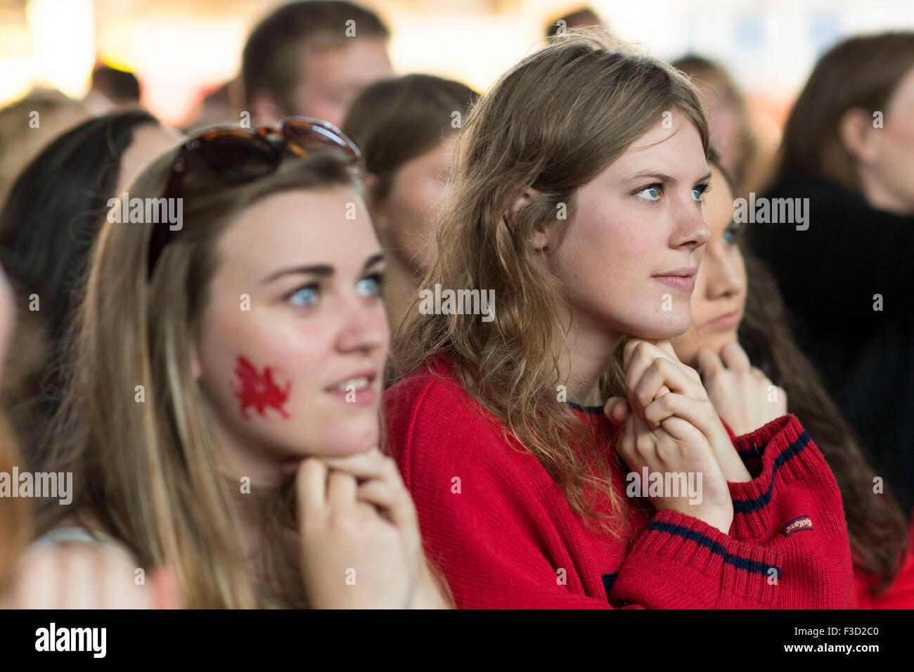 Le Pays de Galles rugby fans regarder leur équipe dans une Coupe du Monde de Rugby 2015 match contre les Fidji. Photo Stock