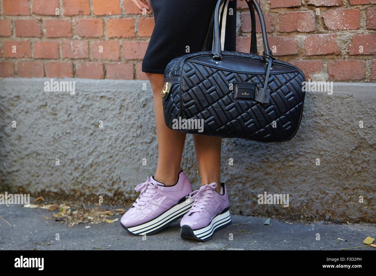 La femme pose pour photographes avec Hogan chaussures Fendi sac et avant de  montrer lors de 787041329d0