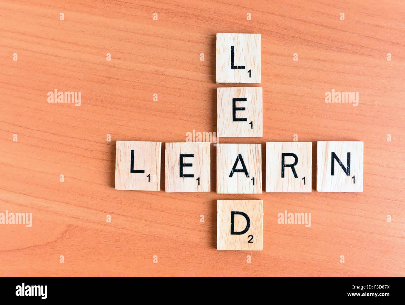 Apprendre et entraîner le texte sur un fond de bois Photo Stock