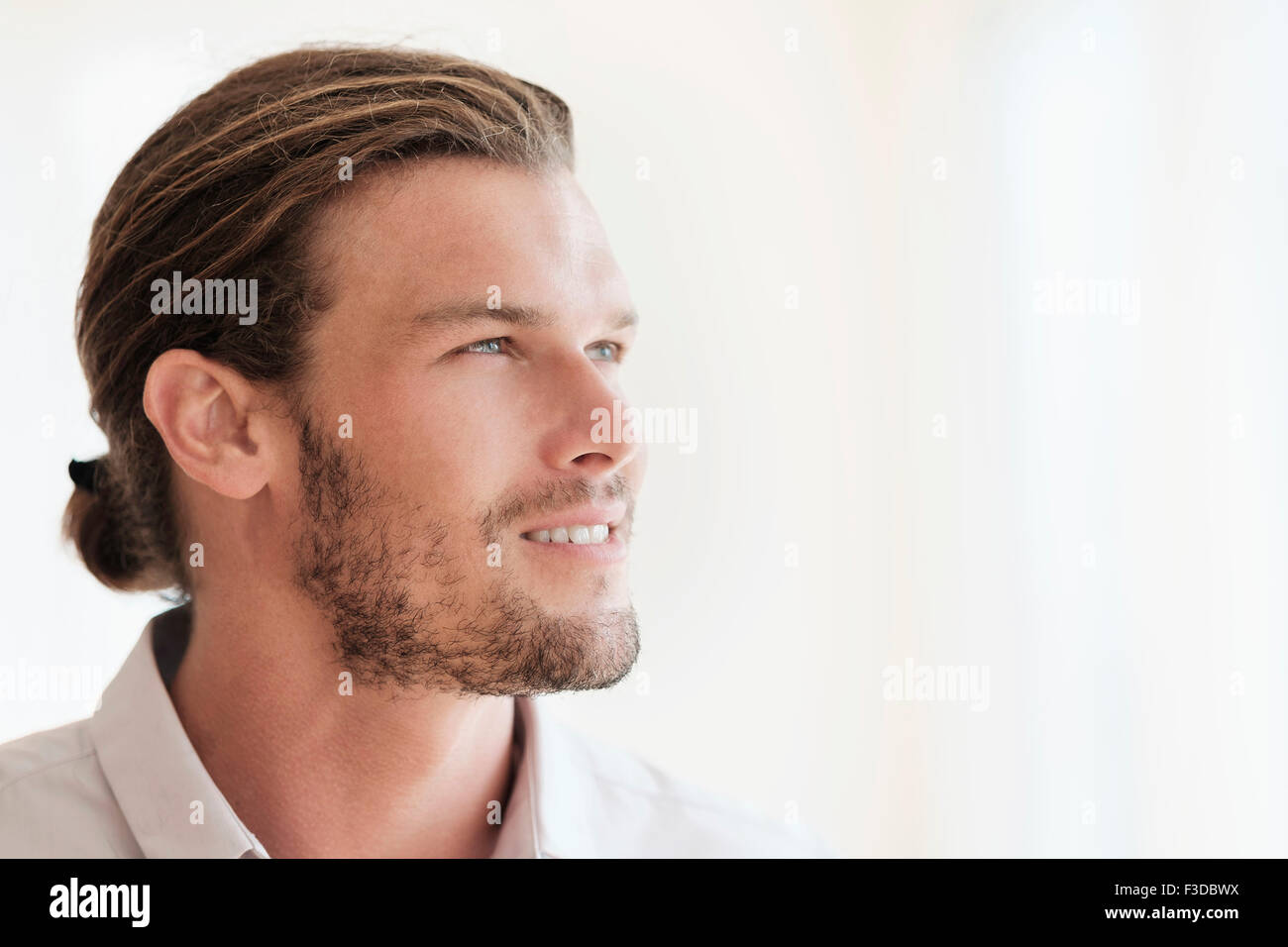 Mid-adult man looking away Photo Stock