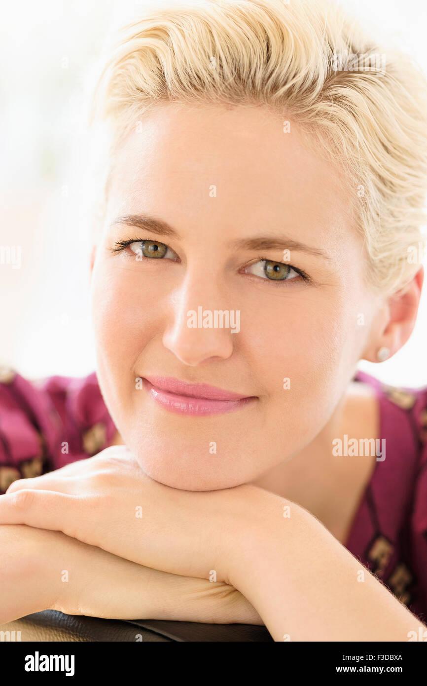 Portrait de jeune femme à l'intérieur Photo Stock