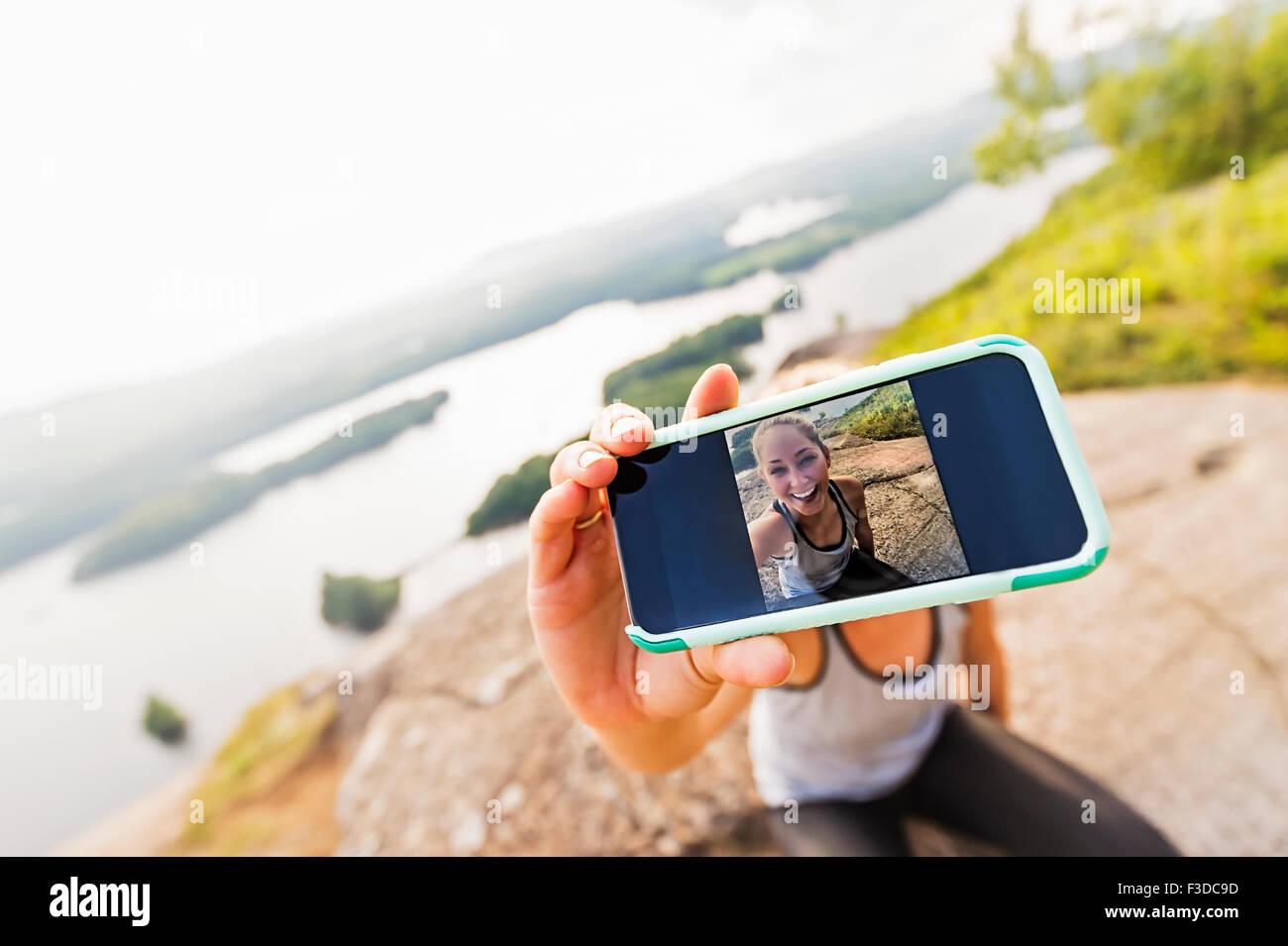 Jeune femme prenant sur Smartphone selfies Photo Stock
