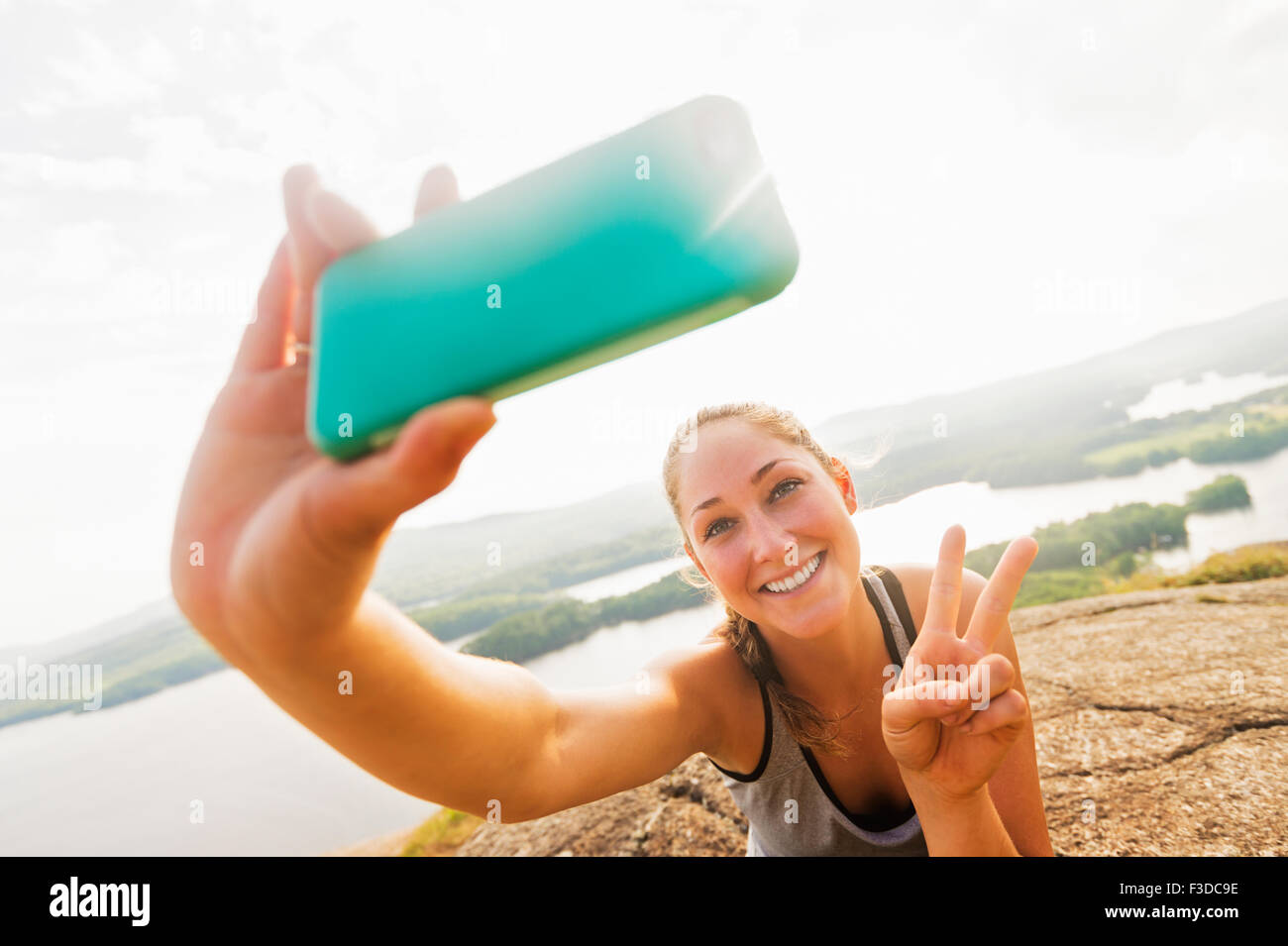 Jeune femme prenant sur Smartphone selfies Banque D'Images
