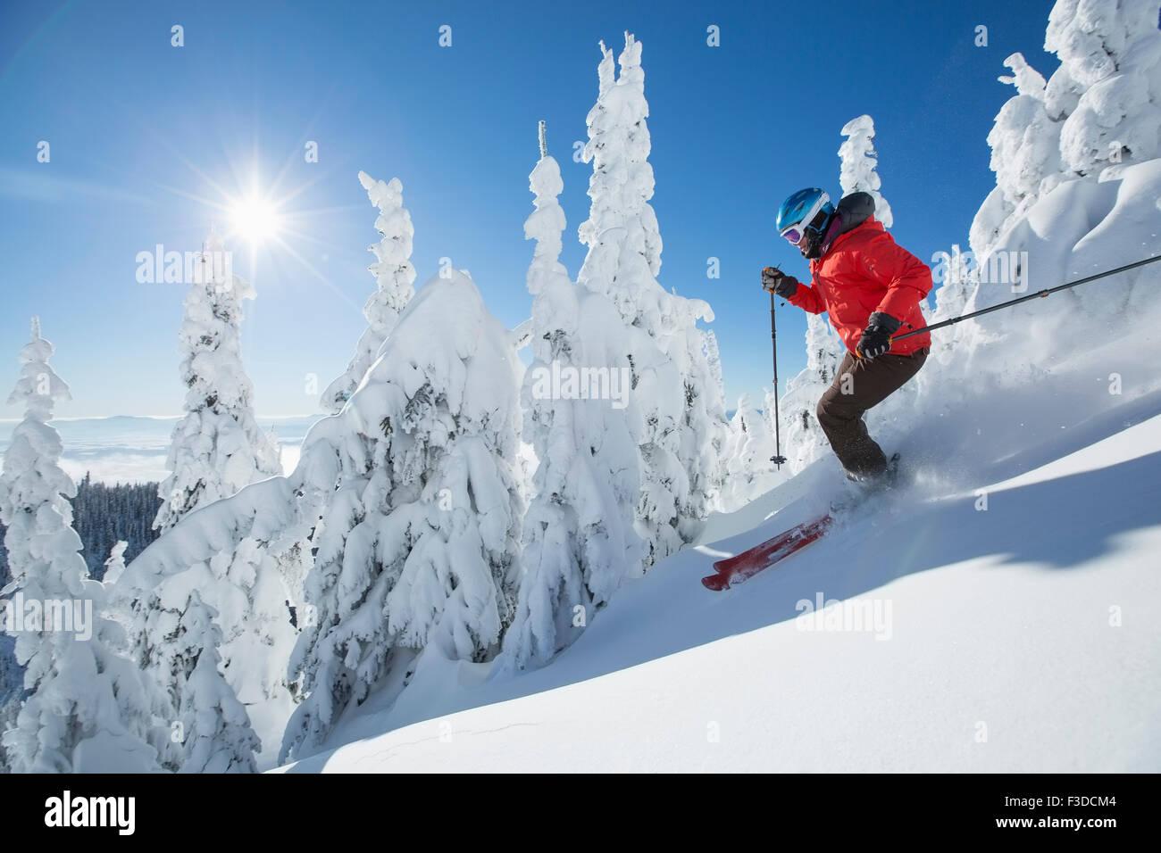 Femme mature sur la pente de ski au soleil Photo Stock