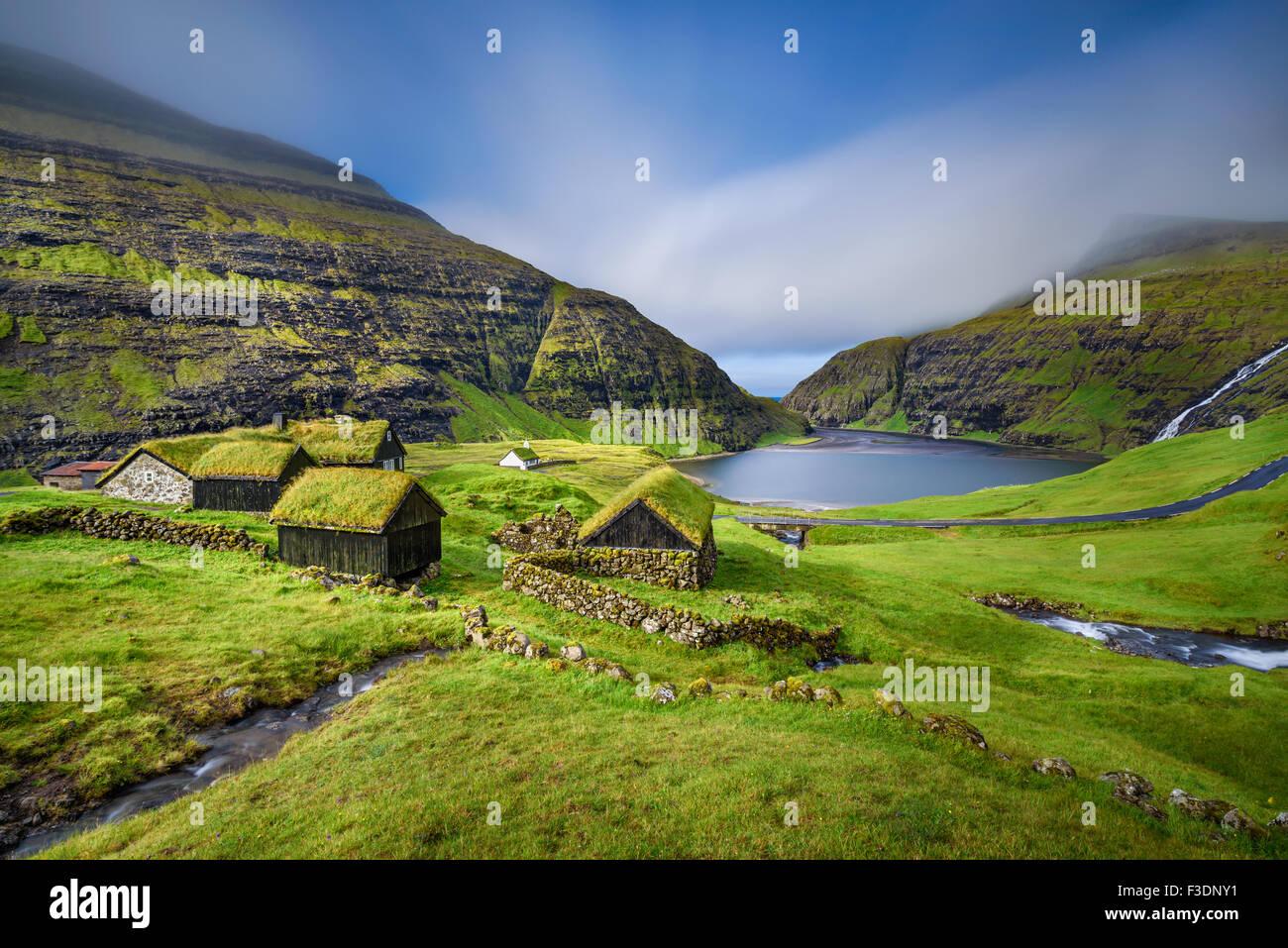 Village de Saksun situé sur l'île de Streymoy, îles Féroé, Danemark. Longue exposition. Photo Stock