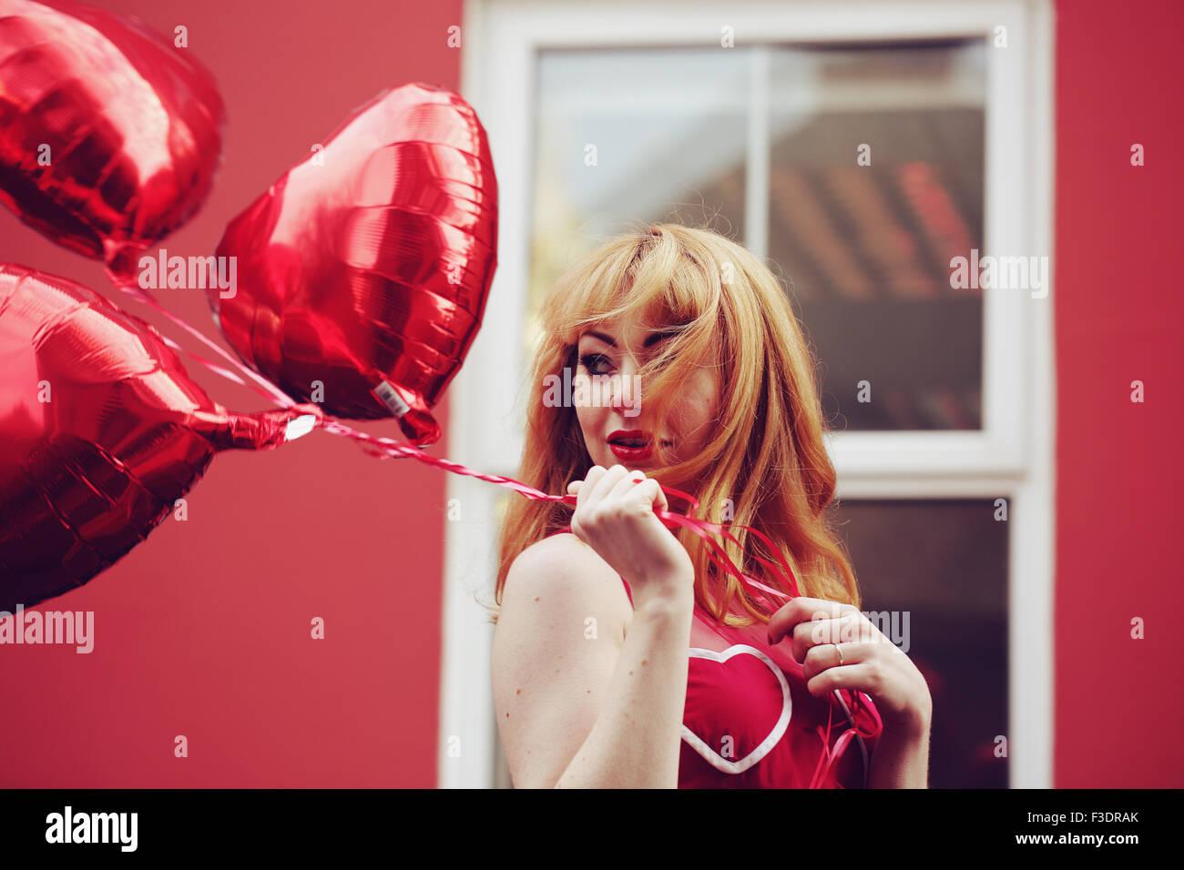 Jeune femme à thème romantique en zone urbaine Photo Stock