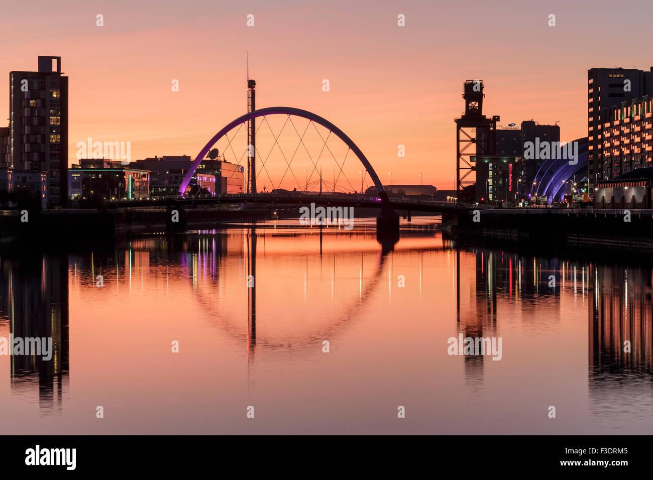 Le Clyde Arc reflète dans la rivière Clyde au coucher du soleil, Glasgow, Écosse, Royaume-Uni Banque D'Images