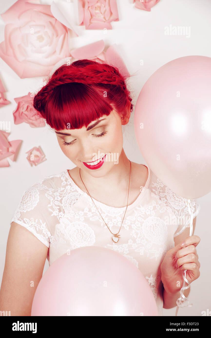 Fille aux cheveux rouge romantique magnifiquement dans un studio contemporain Photo Stock