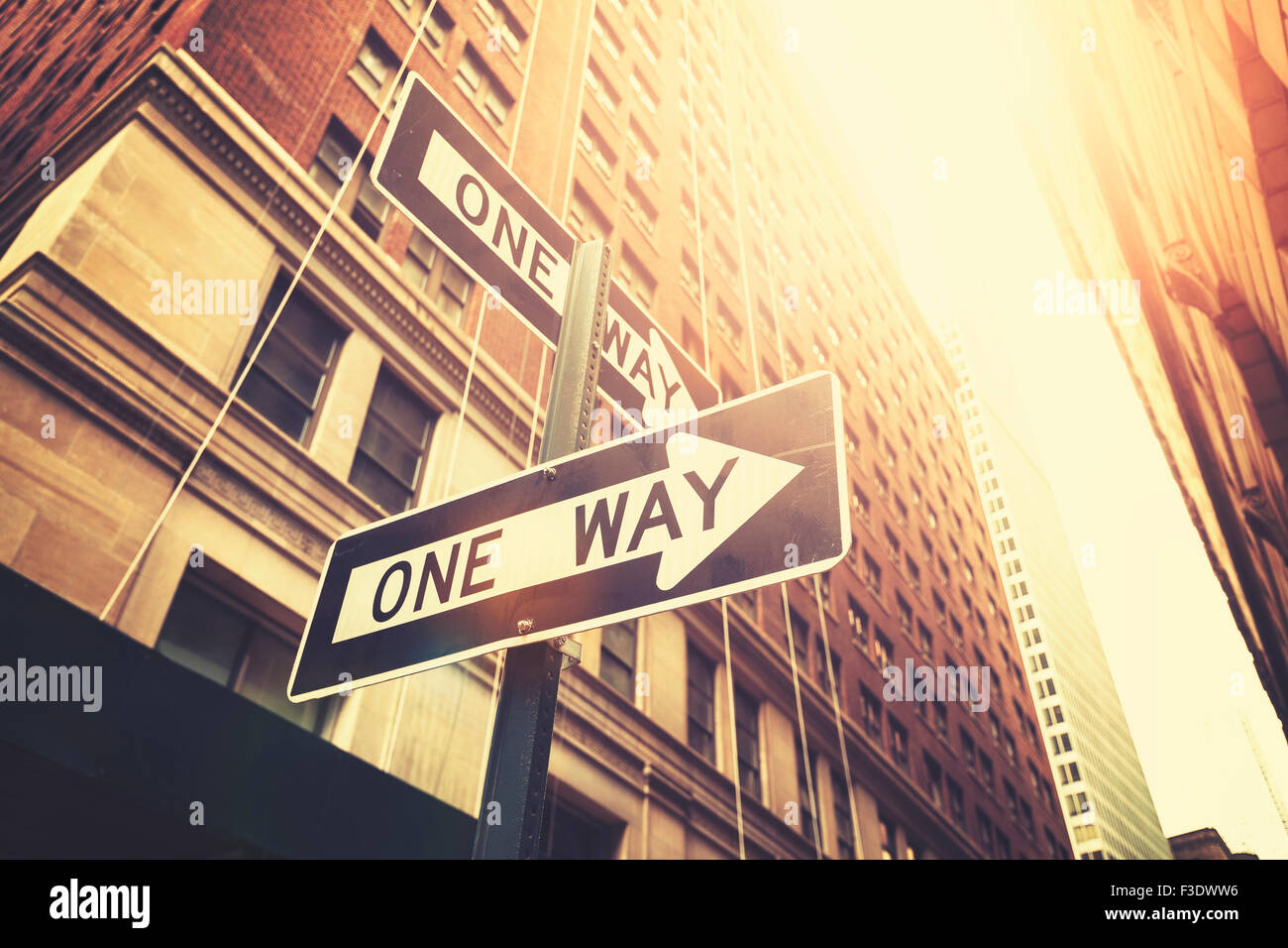 Retro style 'one way' signes sur la rue de Manhattan, profondeur de champ, New York, USA. Photo Stock
