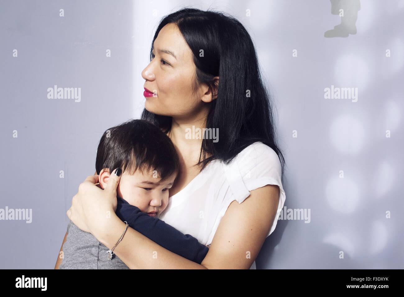 Faire place au jeune fils mère Photo Stock