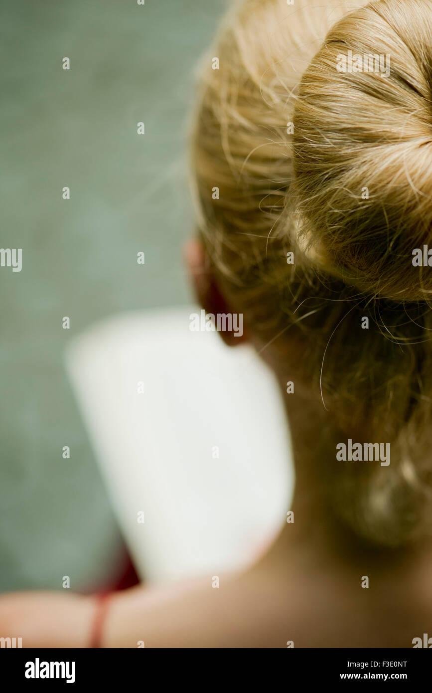 Femme lisant, sur l'épaule Photo Stock