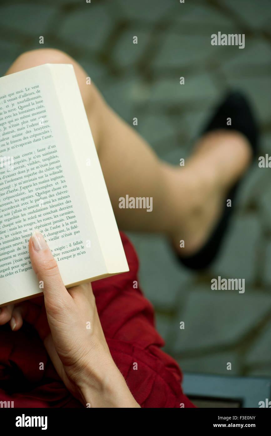 Woman Reading book, sur l'épaule visualiser Photo Stock