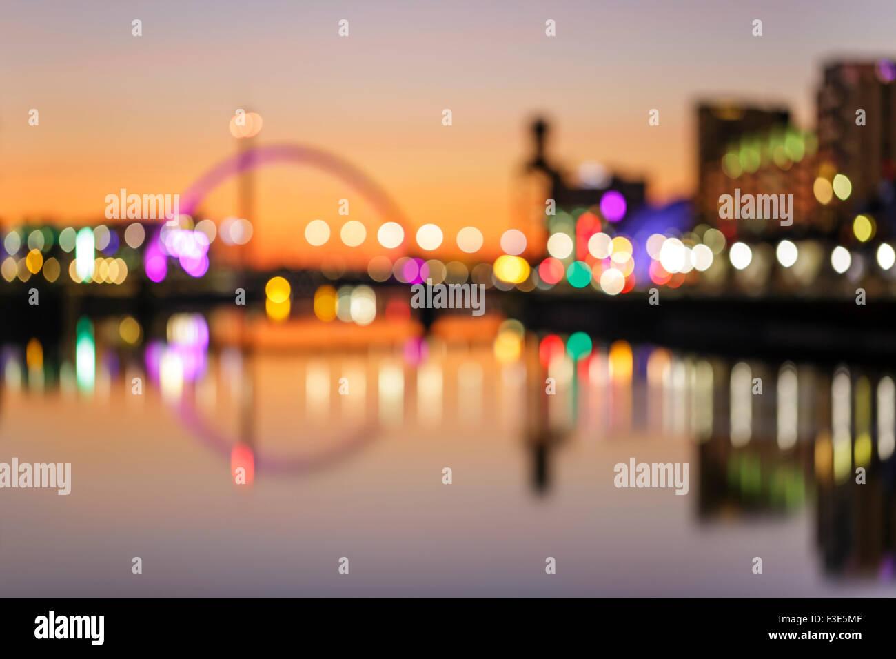 Le pont de Clyde Arc défoqué se reflète dans la rivière Clyde au coucher du soleil, Glasgow, Écosse, Royaume-Uni Banque D'Images