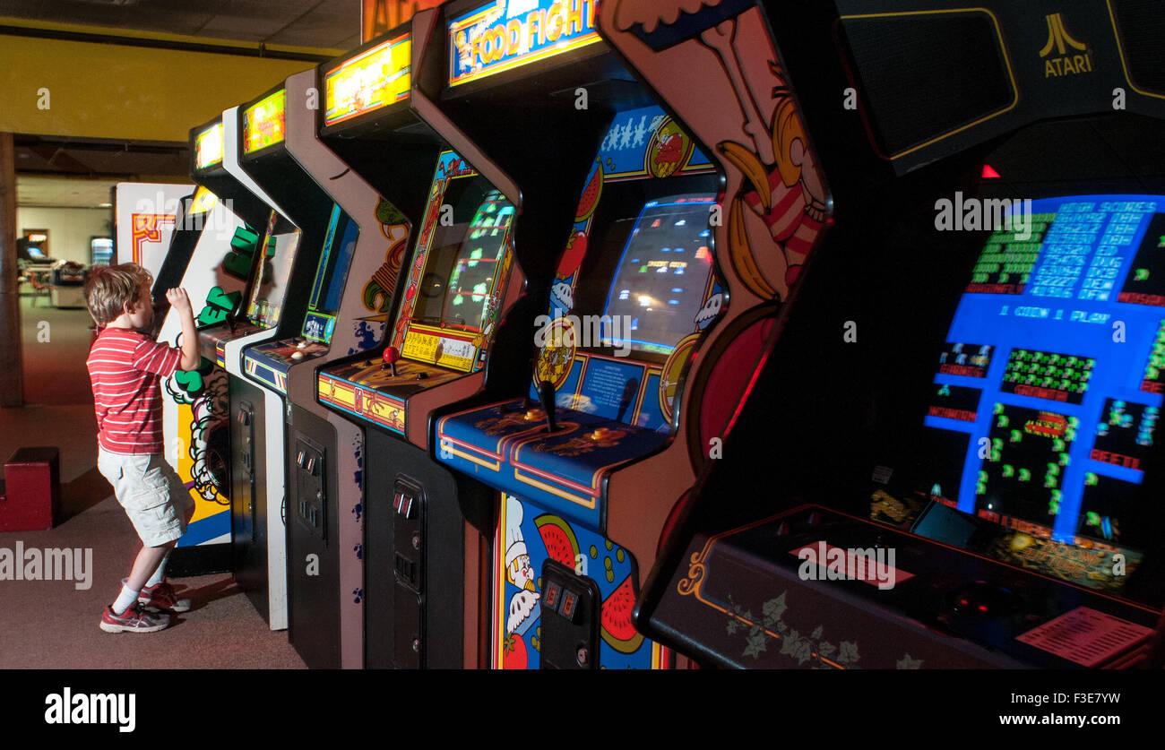 Un garçon célèbre d'avancer au niveau suivant sur un jeu vidéo à l'American Classic Photo Stock