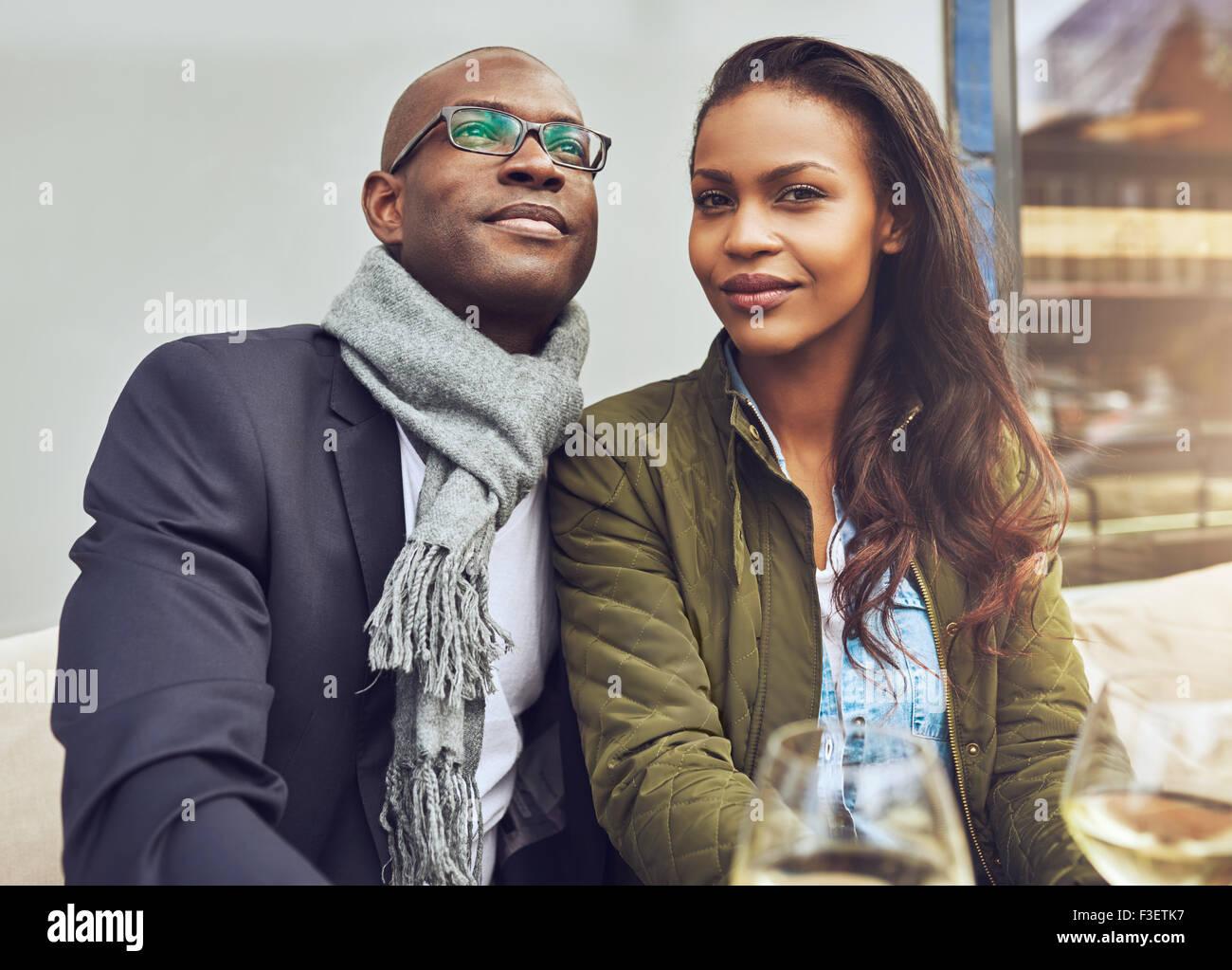 Black couple profiter de la vie et de rencontres, habillé à la mode Photo Stock