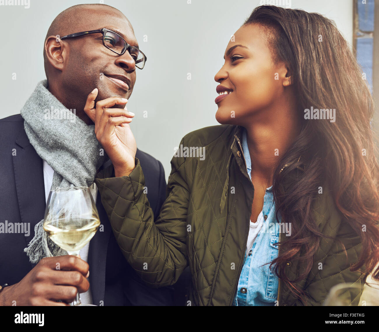Black Couple avoir un bon temps sur un café au printemps Photo Stock