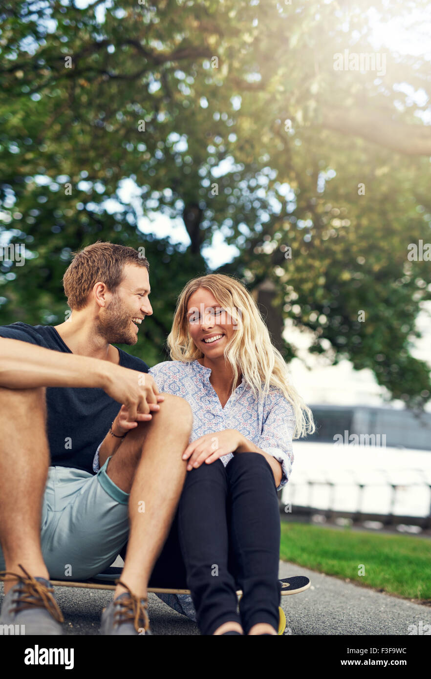 Couple de jouer sur une planche à roulettes, grande ville couple Photo Stock