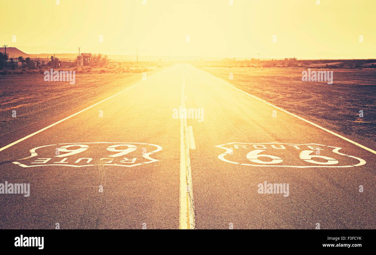 Retro style vieux film coucher de soleil sur la Route 66, en Californie, aux États-Unis. Photo Stock