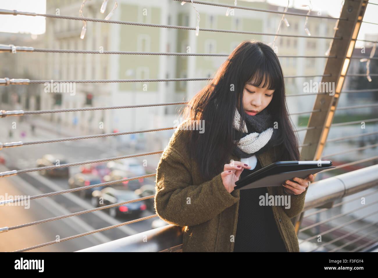 La moitié de la longueur de l'asiatique jeune belle femme brune cheveux long tout droit à l'aide Photo Stock