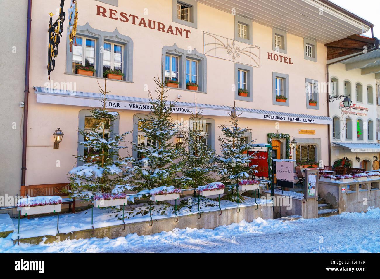 Gruyère, SUISSE - 31 décembre 2014: restaurant agréable dans le village suisse Gruyeres, Suisse. Des plats suisses Banque D'Images