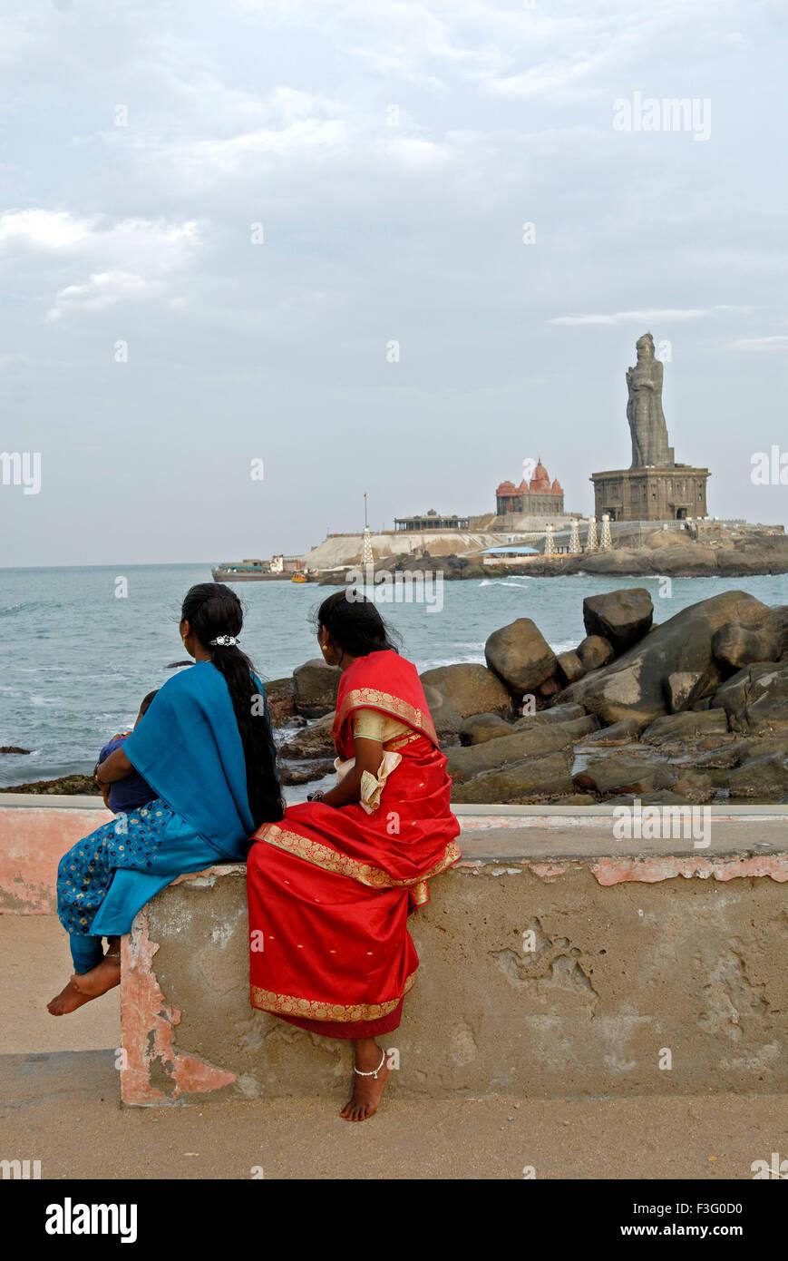 Les femmes regardant Vivekananda Memorial Rock 131 pieds Tiruvalluvar poète tamoul statue épique écrit Photo Stock