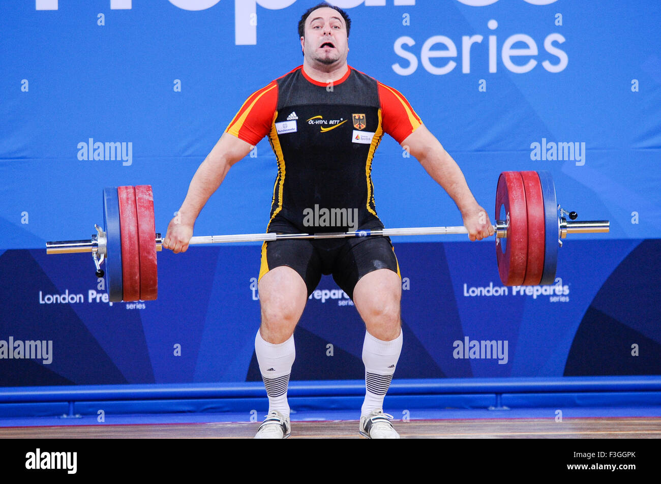 Almir VELAGIC (FRA) à l'arraché, le Londres prépare les Jeux Olympiques d'Haltérophilie Photo Stock