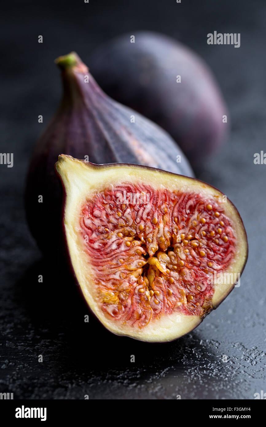 Tranches de figues fraîches sur la table de cuisine Photo Stock
