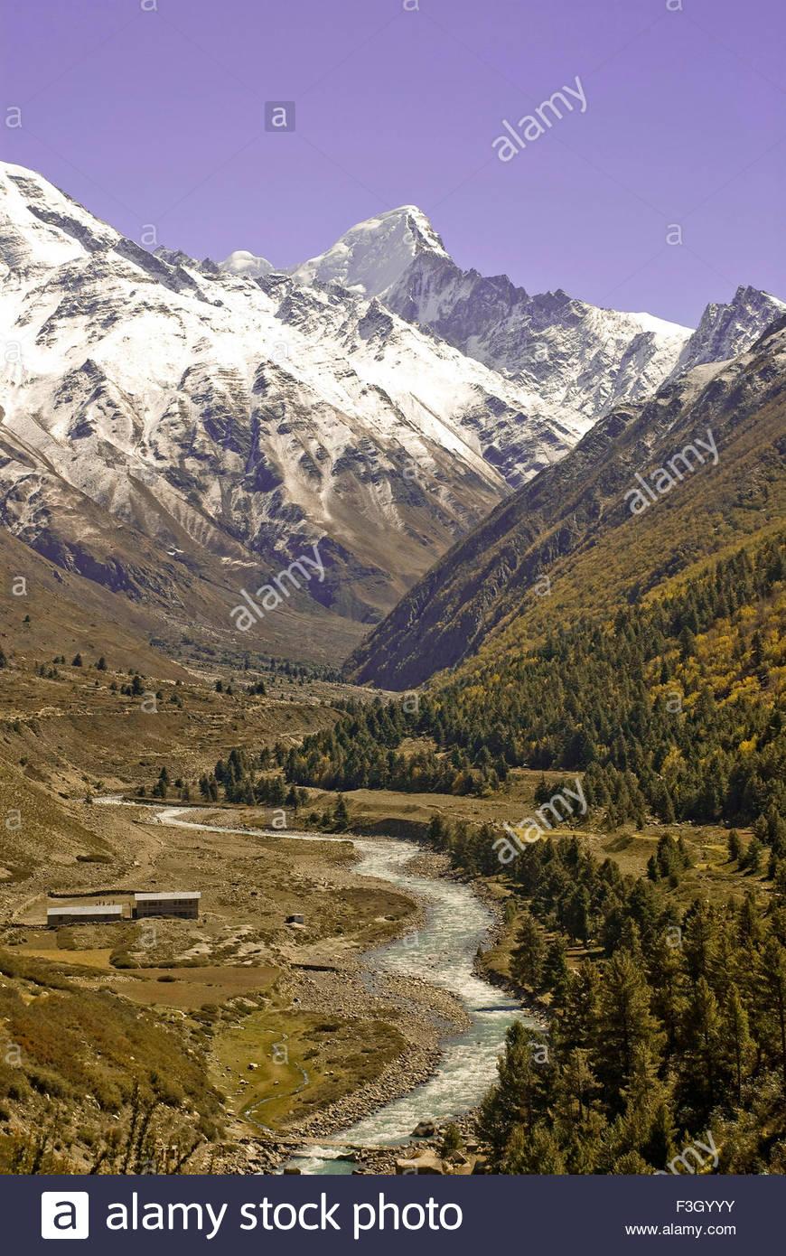 La vue imprenable de la rivière Bapsa et Kinnar Kailash, non loin de la frontière tibétaine à Photo Stock