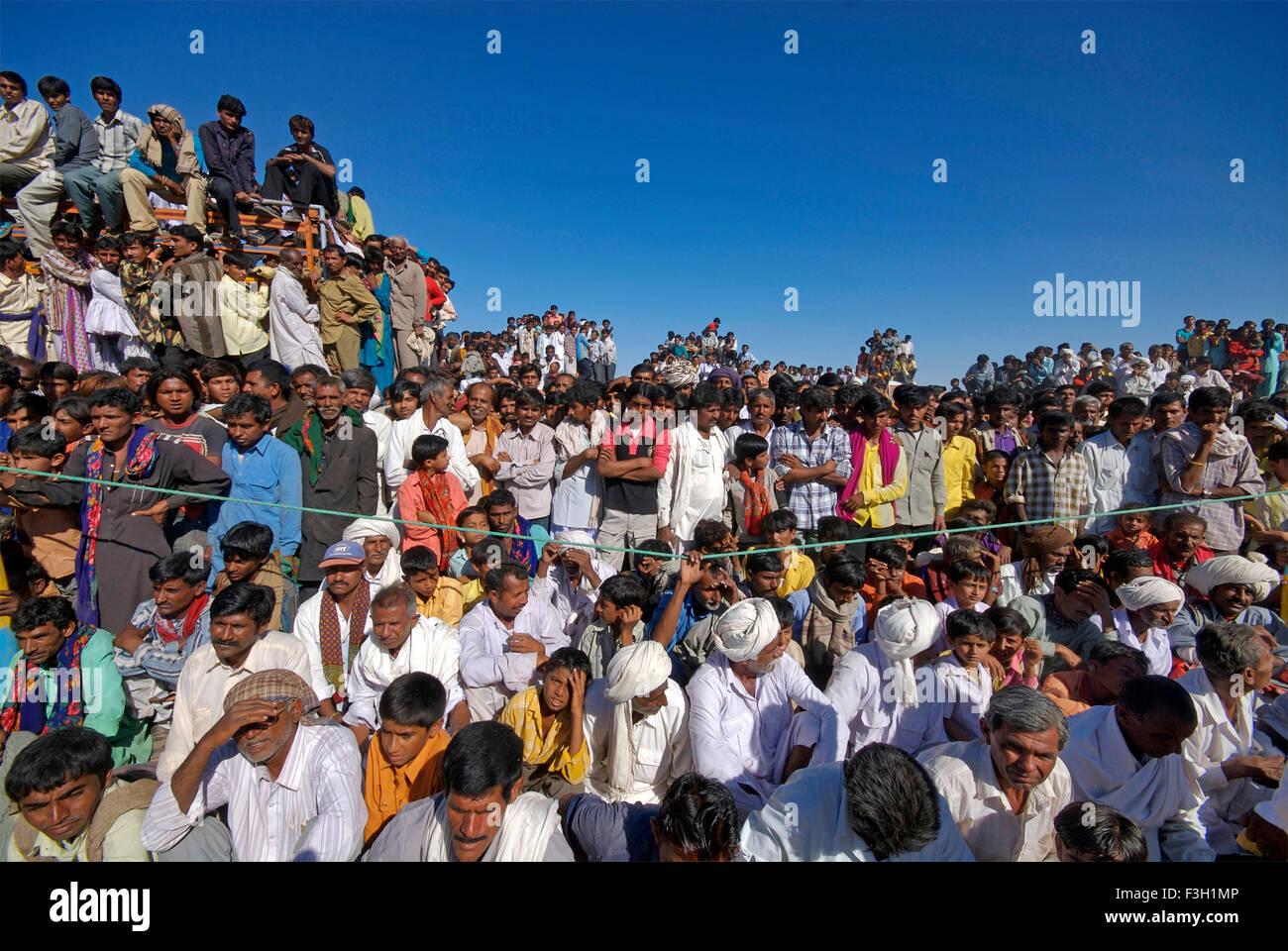 Les gens observent Bakh MAl Akhada wrestling Shivratri juste;;; Inde Gujarat Kutch Photo Stock