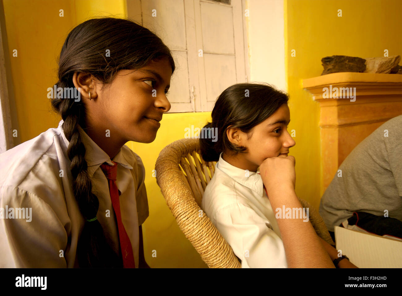 Les filles à l'écoute des camarades de classe dans la salle de musique de Nanhi Dunya; école; Photo Stock