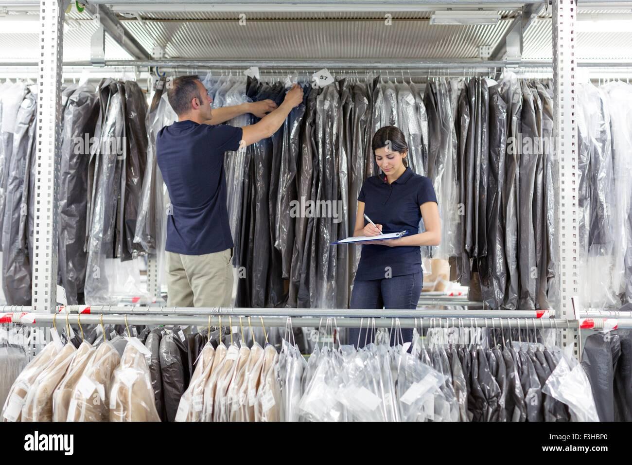 Deux travailleurs d'entrepôt entrepôt de distribution de vêtements en préparation Photo Stock