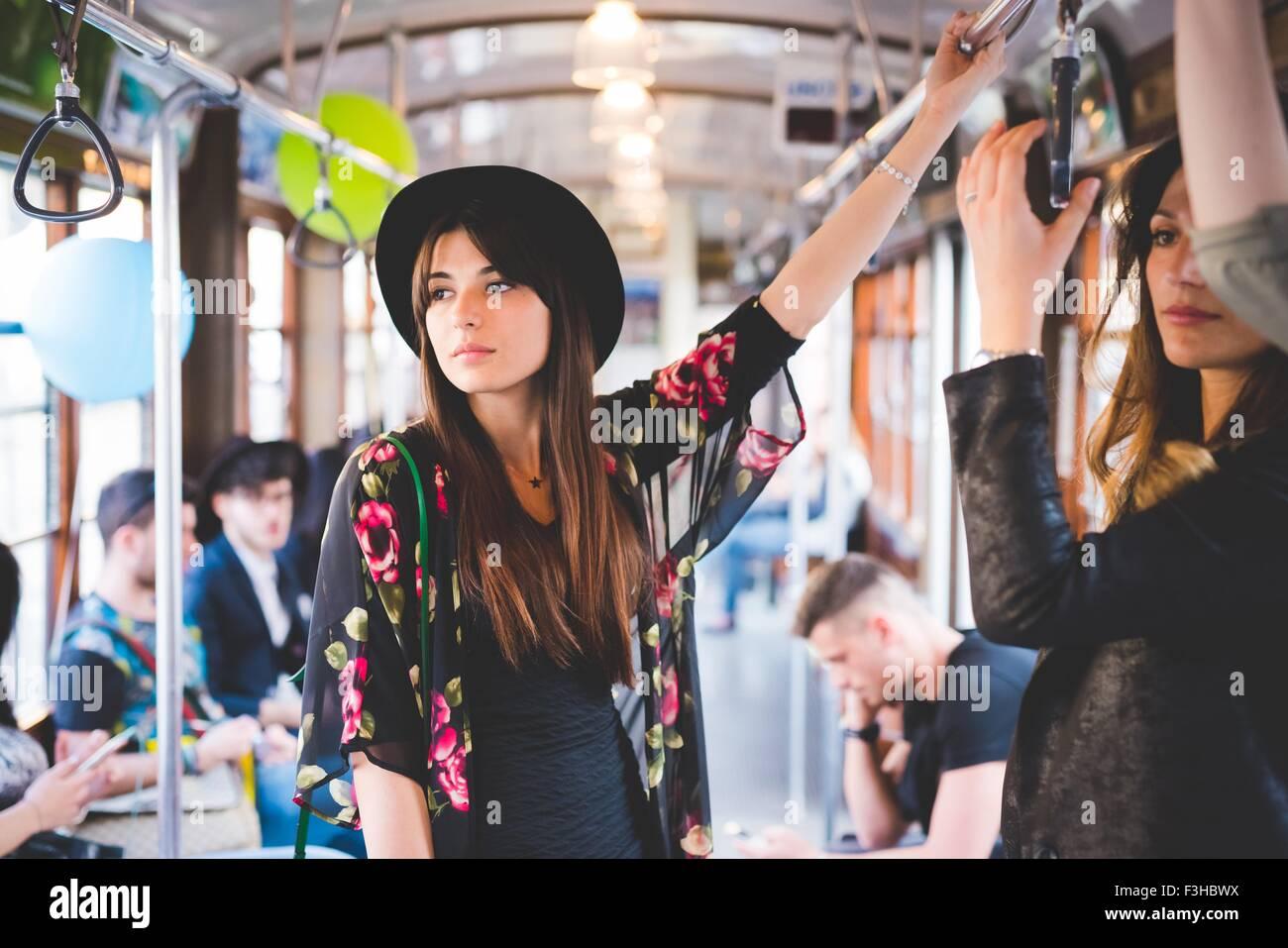 Jeune femme voyageant sur le tram de la ville Photo Stock