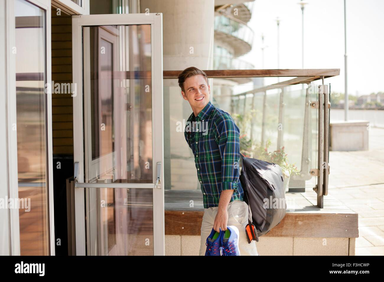 Homme entrant centre sportif, Wapping, Londres Photo Stock