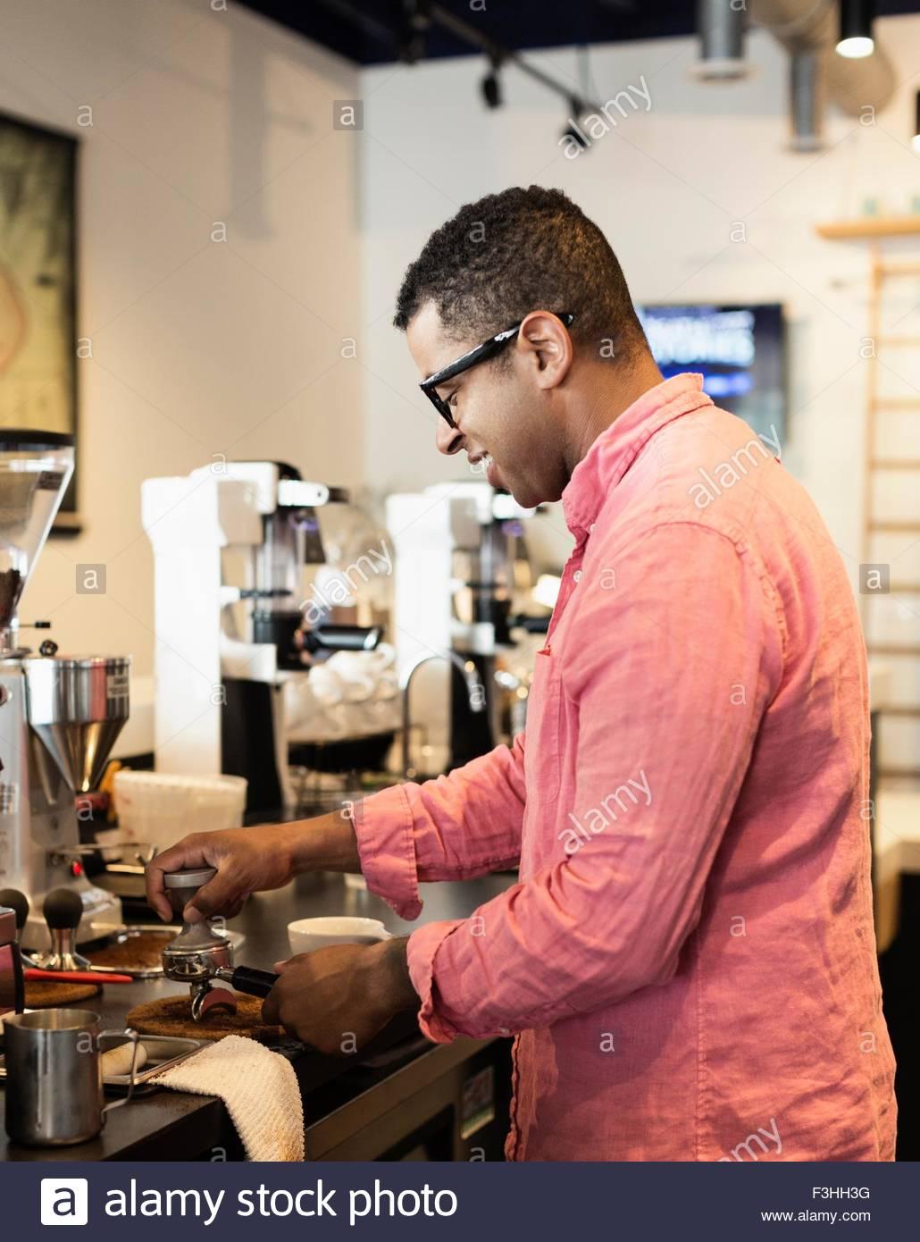 Café barista dépose des grains de café Photo Stock