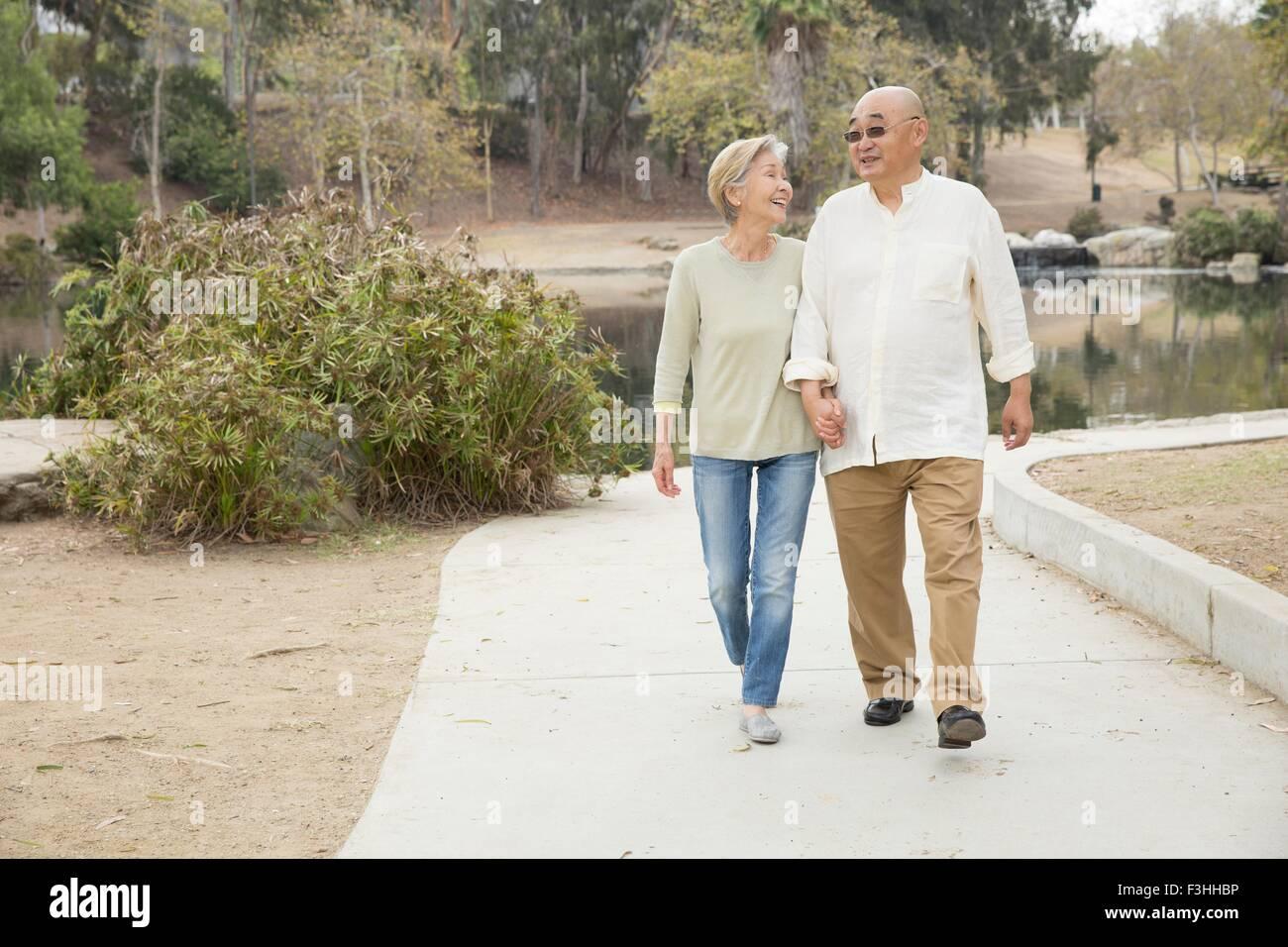 Couple le long cheminement, holding hands Banque D'Images