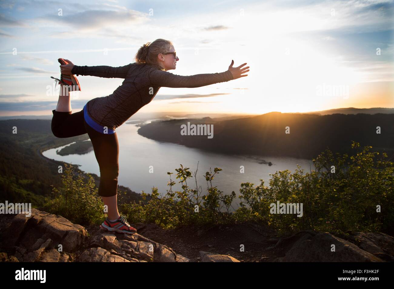 Woman practicing yoga on hill, Angel's Rest, Columbia River Gorge, Oregon, USA Banque D'Images