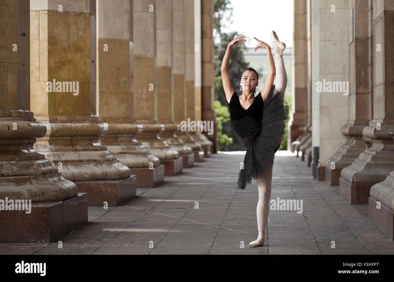 Ballerine fille appartements debout sur la pointe des pieds dans la rue Photo Stock