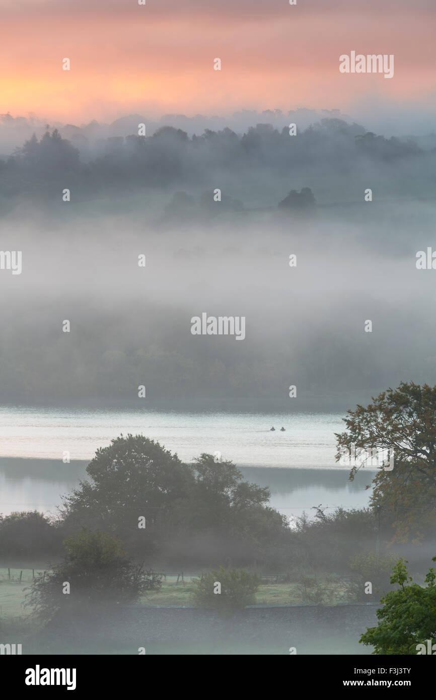 Lochwinnoch, Renfrewshire, Écosse, Royaume-Uni, jeudi 8 octobre 2015. Lever de soleil sur la campagne brumeuse au château de Semple Loch Banque D'Images