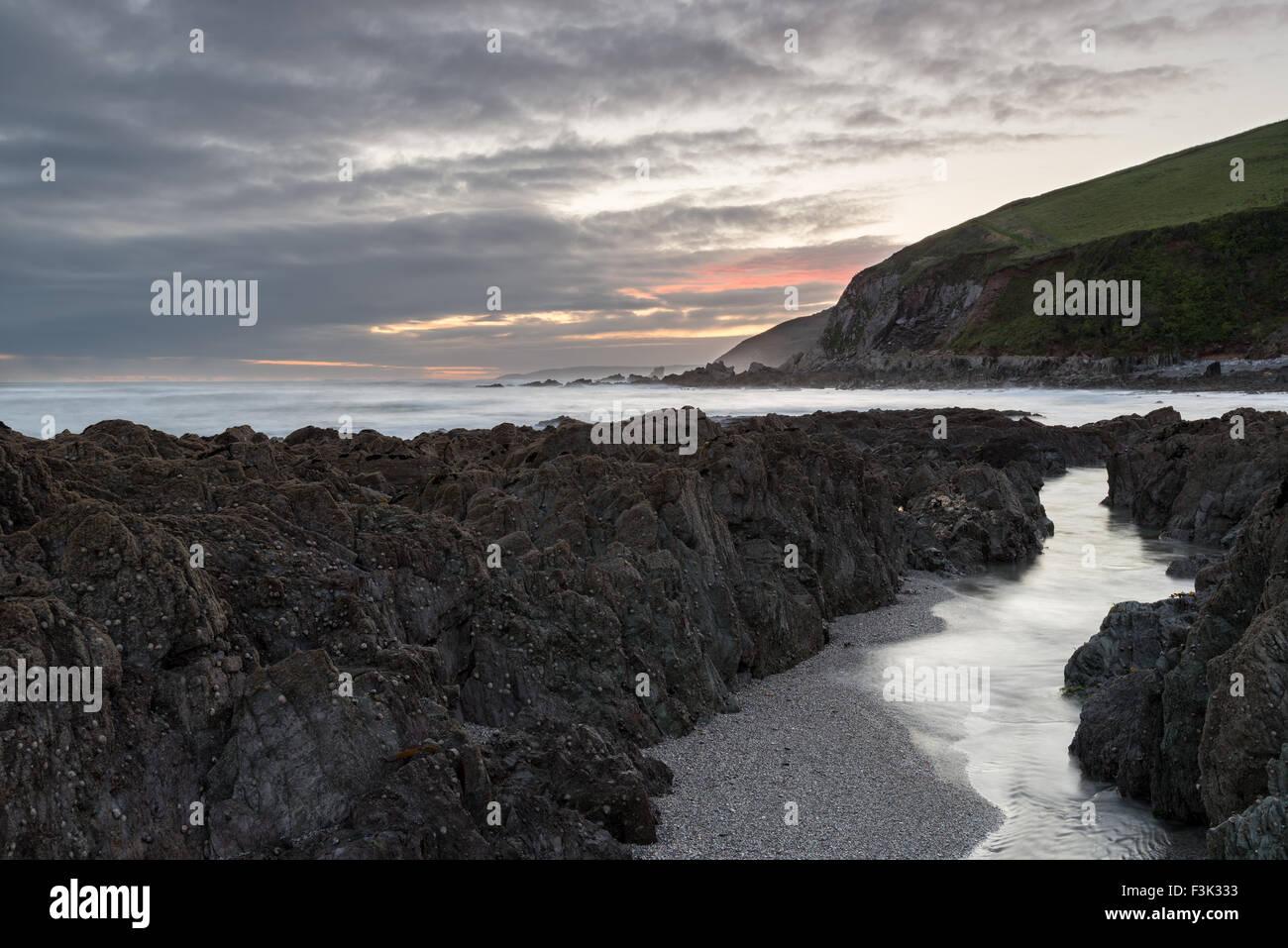 Une nuit de tempête sur la plage de Portwrinkle de la côte sud des Cornouailles Photo Stock