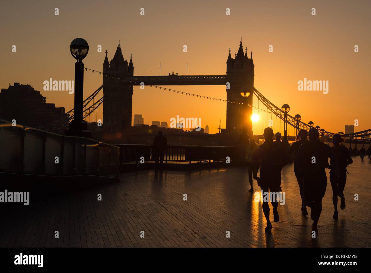 Météo UK, Londres, 9 octobre 2015. Les coureurs apprécient leur exercice tôt comme Tower Bridge Photo Stock